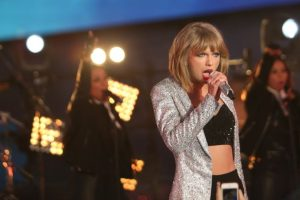Swift's music video director blasts gender 'double standards'