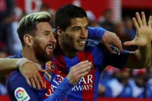 Suarez extends contract with Barcelona