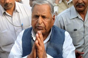 As SP chief, party symbol belongs to me: Mulayam to EC