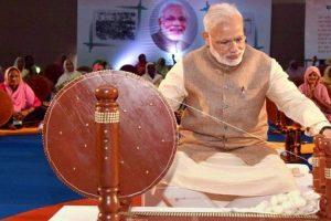 Online rage over Modi replacing Gandhi on charkha