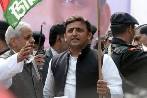 Akhilesh casts vote, ducks questions on Mulayam-Shivpal