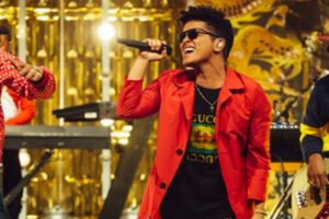 Bruno Mars surprises Michelle Obama with gift