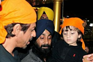 SRK visits Golden Temple with Sidhwani, son AbRam