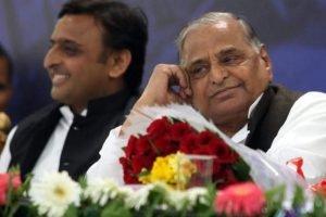 UP CM Akhilesh meets Mulayam, rekindles hopes of patch-up