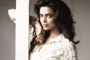 Deepika Padukone saves time to spread love to the needy