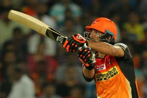 IPL 2017: Yuvraj, Henriques power SRH to 207/4 against RCB