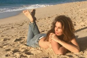 Cindy Crawford poses topless on beach