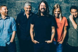 Foo Fighters delay album to prepare for Glastonbury