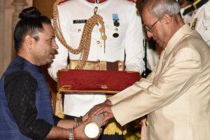 President presents Padma Awards to Cho Ramaswamy, Kailash Kher