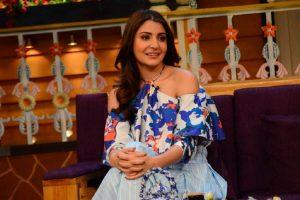 Anushka Sharma caught stalking Shah Rukh Khan