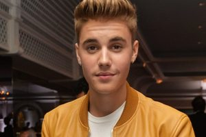 Bieber lip-syncs at debut India concert, fans furious