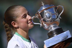Jelena Ostapenko stuns Simona Halep to win French Open