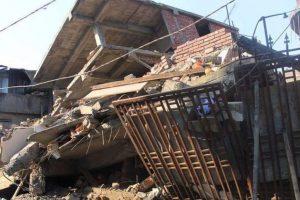 Iran quake toll reaches 422, thousands spend night in open