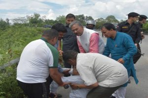 Uttarakhand CM plays Good Samaritan to help accident victim