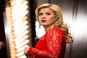 Kelly Clarkson shuts down body shamer on Twitter