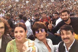 Shah Rukh, Anushka get grand welcome by host Manoj Tiwari