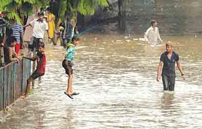 Heavy rains disrupt rail, road traffic in Mumbai