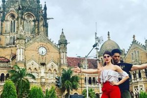 Sidharth Malhotra, Jacqueline Fernandez strike a pose outside Chhatrapati Shivaji Terminus!