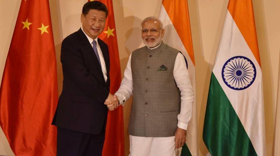 Chinese President Xi Jinping (L) and PM Narendra Modi