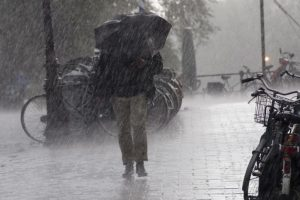 Heavy rains lash Lucknow, brings down mercury