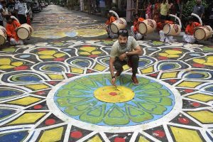 Watch 1.25-km-long Rangoli on Kolkata street