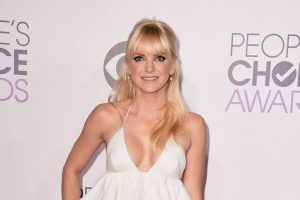 Anna Faris cosies up to new beau