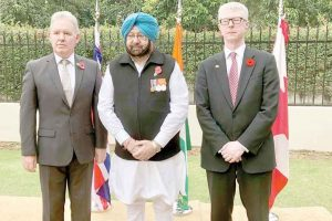 Amarinder Singh joins envoys to pay homage to soldiers