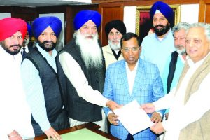 'Congress playing friendly match with AAP'