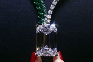 Largest diamond ever auctioned sold for record $34 mn inGeneva