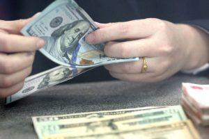 US dollar falls amid GDP report