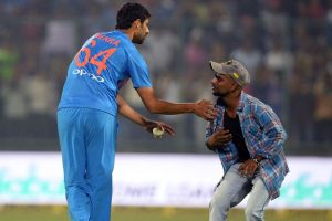 When Ashish Nehra's fan came on field to seek his blessings