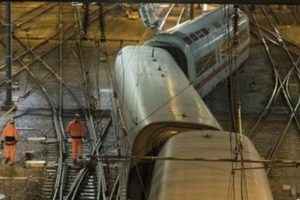 Train carrying US lawmakers crashes, 1 dead