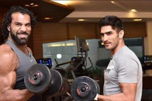 Maharaja Jinder Mahal trains with ace Indian pro boxer Vijender Singh