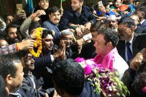 Rahul welcomed home by Congress workers with fanfare
