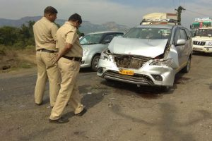 Union minister Anant Geete hurt in Raigad road accident