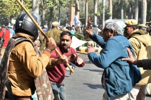 Cops cane-charge AAP protestors