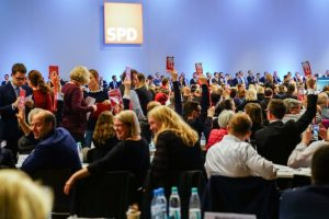 Germany coalition talks: SPD backs talks with Merkel