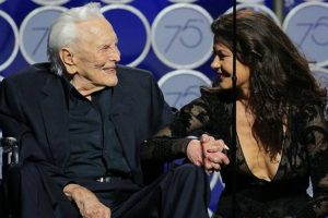 Kirk Douglas gets standing ovation at Golden Globes