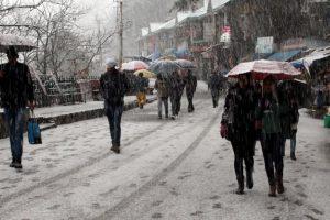 Shimla gets season's first snowfall; tourists rejoice