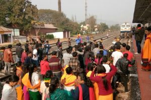 Commuters block train protesting delay in arrival