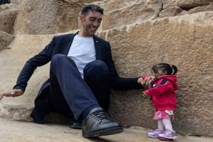 World's tallest man meets world's shortest woman for incredible photoshoot
