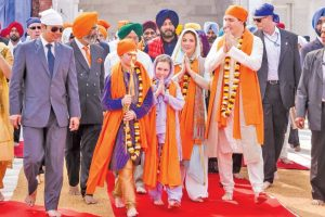 Trudeau, family visit Golden Temple, try rolling out rotis
