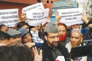 Mirwaiz,Yasin detained as they march to Shopian