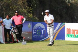Mukesh Kumar takes one shot lead at Golconda Masters
