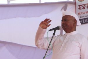 Government's draft useless, will continue fast: Anna Hazare