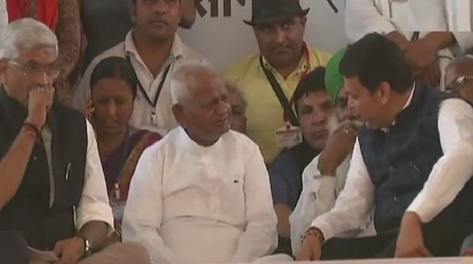 Anna Hazare ends strike after meeting CM Fadnavis