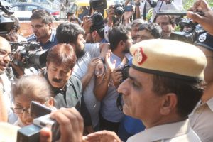 Journalist assault row: Mediapersons gherao Delhi Police HQs
