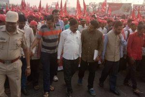 Maharashtra: 30,000 farmers march toward Mumbai to protest outside Vidhan Sabha