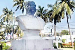 JU students vandalise SP Mukherjee's statue