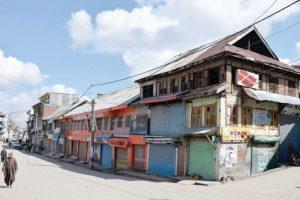 6 killed in crossfire, mobs pelt stones